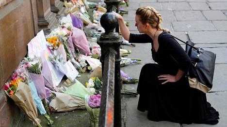 Manchesterin keskustaan kertyi kukkia uhrien muistoksi.