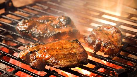 """Grillaamisen jälkeen lihan kannattaa antaa vetäytyä ennen sen syömistä. Vetäytyessä lihasnesteet """"rauhoittuvat"""" lihan sisällä ja lämpötila tasaantuu. Näin lihasta ei irtoa nestettä leikattaessa ja se pysyy mehukkaana, lihatalo kertoo."""