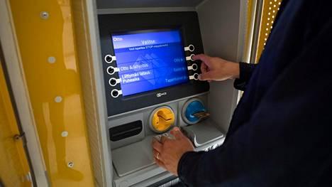 """Ilomantsin ainoaan pankkiautomaattiin viikko sitten iskenyt tukos. Automatia pankkiautomaatit -yhtiön mukaan automaattia on yritetty korjata """"päivittäin""""."""