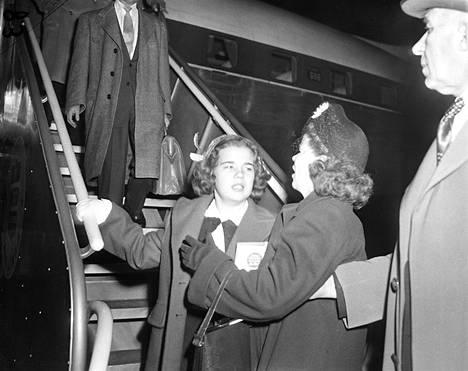 Kamerat olivat paikalla, kun Sally ryntäsi äitinsä Ella Hornerin syleilyyn palattuaan kotiin. Sally lennätettiin Kaliforniasta Philadelphiaan. Hänen kaappaajansa Frank La Salle vietiin oikeuden käyntiin itärannikolle junalla.