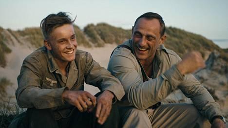 Louis Hofmann näyttelee koskettavassa draamassa saksalaista sotavankia ja Roland Møller tanskalaiskersanttia.