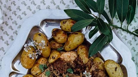 Pienet perunat paahdetaan uunissa kokonaisina.