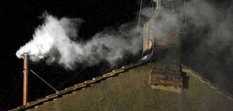 Ensimmäinen merkki paavin valinnasta saatiin valkoisen savun muodossa.