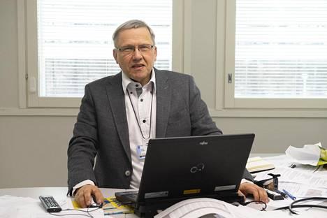 Infektiosairauksien dosentti ja Oulun sairaanhoitopiirin osastonylilääkäri Hannu Syrjälä sanoo, että THL tekee parhaillaan ihmiskoetta Suomen väestöllä.