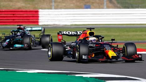 Max Verstappenin (oik.) ja Lewis Hamiltonin kaksintaistelulla oli kova hinta Silverstonessa viikko sitten.