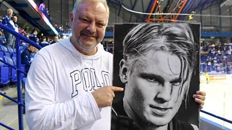 Esa Tikkanen poseerasi Kaapo Kakon kuvan kanssa Kosicen MM-hallin katsomossa.