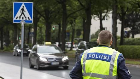 Poliisi valvoo tehostetusti liikennettä 24 tunnin ajan.