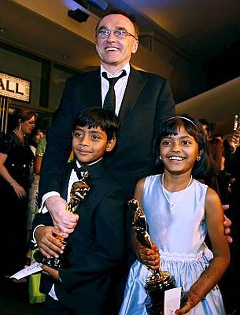 Intian viranomaiset lahjoittavat asunnot Rubina Alille ja Azharuddin Ismailille, jotka näyttelevät filmin päähenkilöitä näiden lapsuudessa.