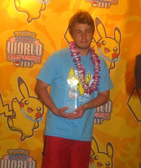 Tom Roos juhli Pokémon -keräilykorttipelien mestaruutta Havajilla.