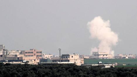 Uutistoimisto Reutersin välittämässä kuvassa näkyy savupatsas ilmaiskun jälkeen Saraqebin kaupungissa lähellä Idlibiä Syyriassa.