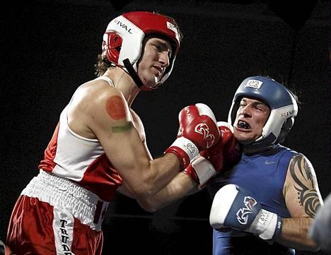 Kanadassa poliitikot ratkaisevat ongelmansa kehässä. Jos totta puhutaan, kyseessä oli hyväntekeväisyysottelu, johon otti osaa kansanedustaja Justin Trudeau punaisessa paidassa ja senaattori Patrick Brazeau sinisessä paidassa. Trudeau voitti ottelun.
