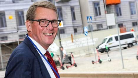 """Matti Vanhasen (kesk) mukaan liikenteen tulevaisuuden veromallin """"pitää ottaa nykyistä paremmin huomioon välttämättömyys liikkua omalla autolla ja se tosiasia, että verotuksella kerättyjen investointi- ja kunnostusmäärärahojen jako suosii vilkkaiden väylien alueita""""."""