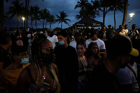Lomailijoita Miami Beachilla lauantaina juuri ennen ulkonaliikkumiskiellon voimaan astumista.