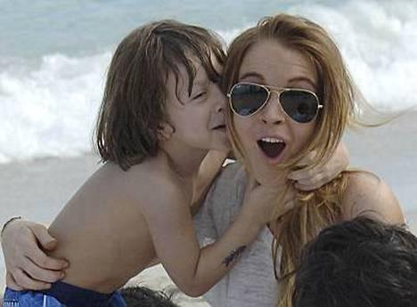 Seurueessa piipahtanut pikkumies antoi Lindsaylle yllätyspusun.