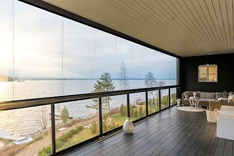 TAMPERE: rivitalo 6–7 h + kph + s + khh + 4 wc 252,5 neliötä, myyntihinta 1 590 000 euroa. Ranta-Kaarilassa Pyhäjärven rannalla sijaitseva rivitalohuoneisto on yksi Tampereen hienoimmista asunnoista.