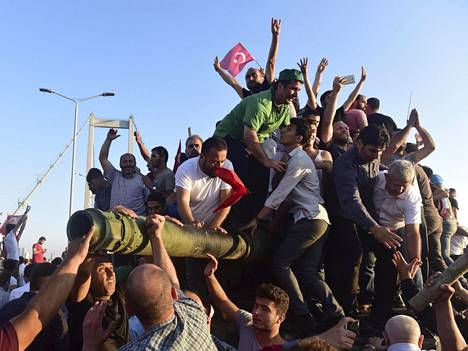 Presidentti Erdoganin kannattajat juhlivat vallankaappausta yrittäneiden sotilaiden antauduttua