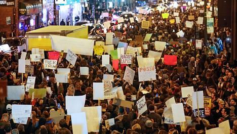Chicagon mielenosoitukseen on osallistunut lähes 2 000 ihmistä.