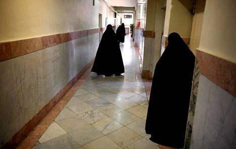 Naispuolisia vanginvartijoita Teheranin pahamaineisessa Evinin vankilassa, missä suomalais-iranilainen Ana kertoo viettäneensä eristyssellissä jopa 7 kuukautta.