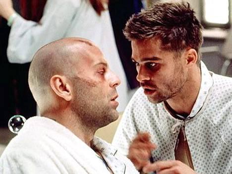 20 vuoden takaisessa 12 apinaa -elokuvassa aikamatkaaja James Colea näytteli Bruce Willis ja mielisairaala-asukki Jeffrey Goinesia Brad Pitt. Jälkimmäinen sai roolista Oscar-ehdokkuuden.