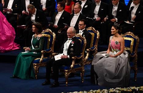 Kuningatar Silvia istui lavalla kuningasperheelle varatuilla erityisillä tuoleilla yhdessä kuningas Kaarle kustaan, prinssi Danielin ja kruununprinsessa Victorian kanssa.