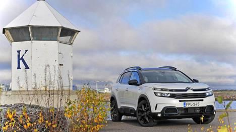 Uusi Citroën C5 Aircross Plug-in-hybrid taittaa matkaa sähköllä parhaimmillaan 50 kilometriä. Se on kelpo matka, kun ottaa huomioon, että Suomessa keskimääräinen ajosuorite on nykyisin 51 kilometriä päivässä.