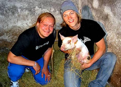 Jarno ja Jukka Britney-possunsa kanssa vuonna 2004.