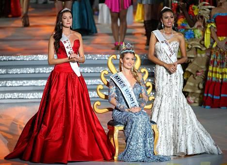 Miss Maailma -kilpailun kärkikolmikko. Keskellä voittaja Miss Espanja Mireia Lalaguna Royo, vas. Miss Venäjä Sofia Nikitchuk ja oikealla Miss Indonesia Maria Harfanti.