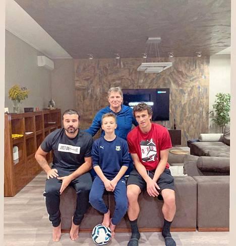 Eremenkon futisklaanin uusin pelimies on Alexei juniorin (vas.) poika Daniil (kesk.). Takana isä Alexei senior ja oikealla Roman.