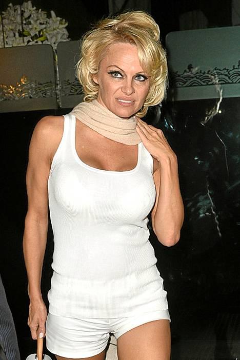 2015: Pamela Anderson illasti miehensä Rick Salomonin kanssa Beverly Hillsissä kuuluisassa Mr. Chow -ravintolassa.