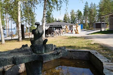 Retretin luolaston pääsisäänkäynnin edustalla on tallella myös vanhan Retretin ulkoilmateoksia.