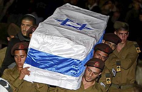 Israelilaissotilaat kantavat maahyökkäyksessä kuollutta ylikersantti Dvir Emmanueloffia viimeiseen lepoon.