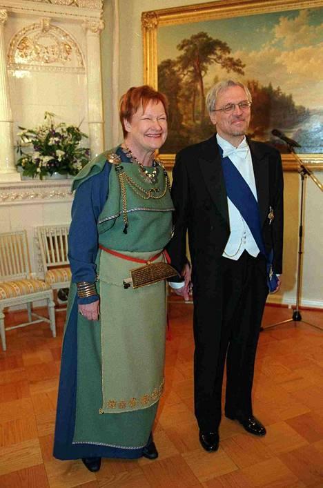 Tarja Halonen vuoden 2001 Linnan juhlissa samaisessa puvussa, jossa hän osallistui juhliin myös tänä vuonna.