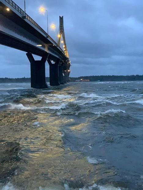 Sillan alla meri näytti joelta, Antti Flander kuvailee.