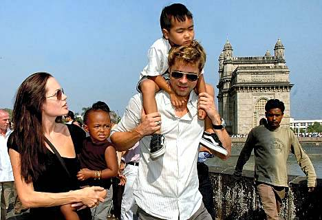 Angelina Jolie (vas.) ja Brad Pitt ovat parhaillaan Intiassa filmaamassa uutta elokuvaansa.