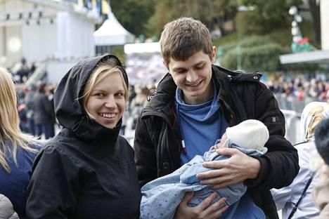 Tytön vanhemmat Kärt  Lindlo ja David Hoffmann hymyilevät leveästi.