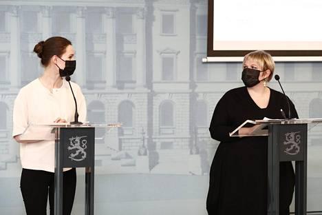 Pääministeri Sanna Marin (sd) ja tiede- ja kulttuuriministeri Annika Saarikko (kesk) puoliväliriihen tiedotustilaisuudessa torstai-iltana.