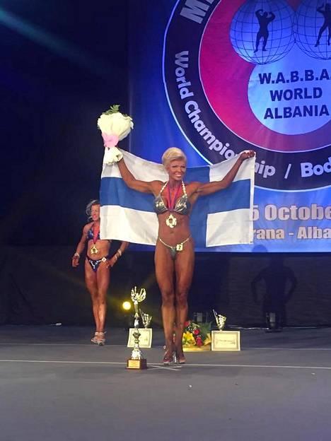 Tiina Jylhä-Valkonen tuuletti lavalla maailmanmestaruuttaan yli 165-senttisten naisten Shape-sarjassa.