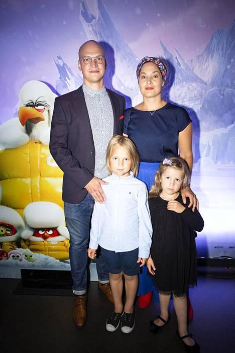 Näyttelijäpariskunta Riku Nieminen ja Annika Poijärvi saapuivat Angry Birds -elokuva 2:n kutsuvierasnäytökseen yhdessä lapsiensa Roopen, 6, ja Hilman, 5, kanssa.