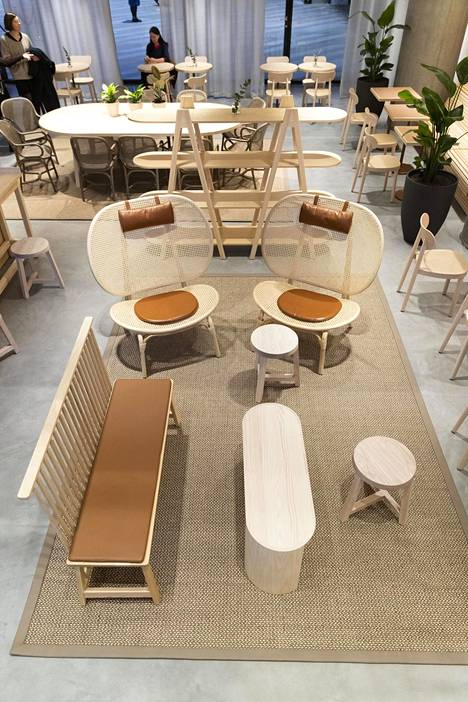 Hotellin vastaanotto ja Kylä-kahvila on sisustettu vaaleilla puuhuonekaluilla. Kaarevaselkäinen Nomad Armchair on Norr11:sta.
