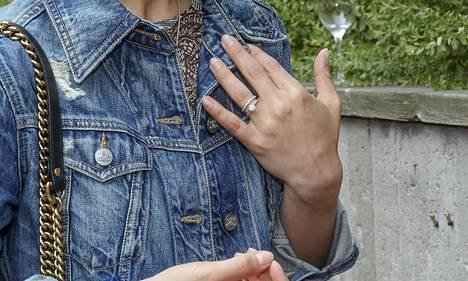Nykyään Korven vasenta nimetöntä koristaa sormus.