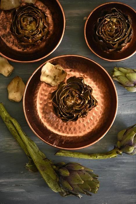 Täytetty artisokka kypsyy maukkaaksi uunissa folionyytissä.