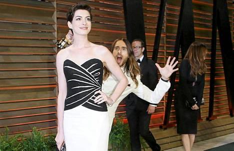 Jared Leto revitteli enemmänkin. Photobombin uhrina tällä kertaa Anne Hathaway.