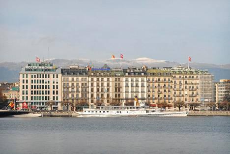 Geneve sijaitsee järven rannalla, vuorten kupeessa.