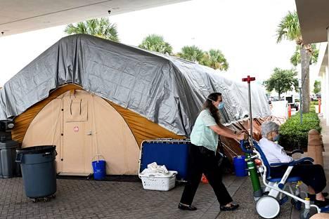 Melbournen kaupungissa Floridassa on jouduttu pystyttämään hoitotelttoja sairaaloiden pihalle, koska koronapotilaat ovat täyttäneet sairaalat.