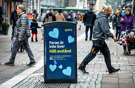 Vaara ei ole ohi, lukee uppsalalaisen roskakorin kyljessä. Uppsala on yksi Ruotsin koronakriisialueista.