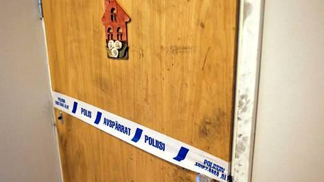 Poliisin tutkinnan jäljet näkyvät yhä naisen kotiovella.