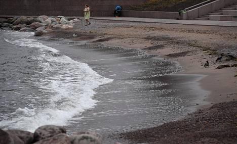 Vielä lauantain tuulenpuhurissa sitkeä uimari aikoi veteen Helsingin Eiranrannassa.