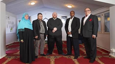 Pia Jardi, Abdessalam Jardi, Anas Hajjar, Mohammed Hussein Omer ja Ilari Rantakari ovat suurmoskeijaa ajavan Oasis-säätiön hallituksen jäseniä.