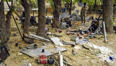 Nigerialainen sotilas tarkastelee Boko Haramin, nykyisen Iswapin, Gwozassa maan pohjoisosassa hylkäämää leiriä, josta löytyi muun muassa pommien valmistukseen tarvittavia materiaaleja.