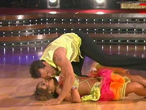 Cristian de la Fuente loukkasi kätensä ja pudotti partnerinsa Cheryl Burken lattialle.